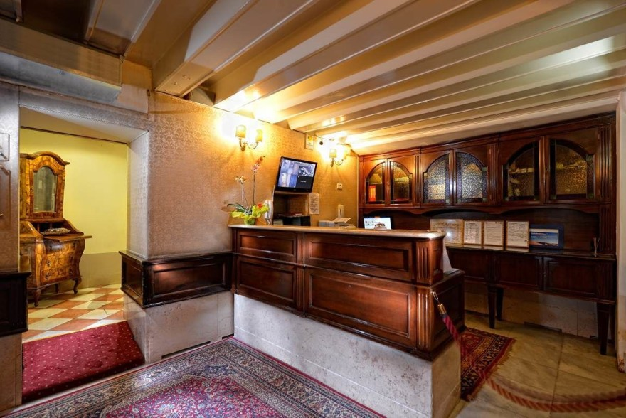 Un'immagine dell'hotel 1 categoria #1stelle #1category  Hotel San Maurizio #Venezia #Venezia #Veneto #italy: /1/0/2/5/1/2/2_reception.jpg